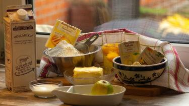 Abgebildet sind die vorbereiteten, abgewogenen Zutaten für diesen schnellen Zitronenkuchen